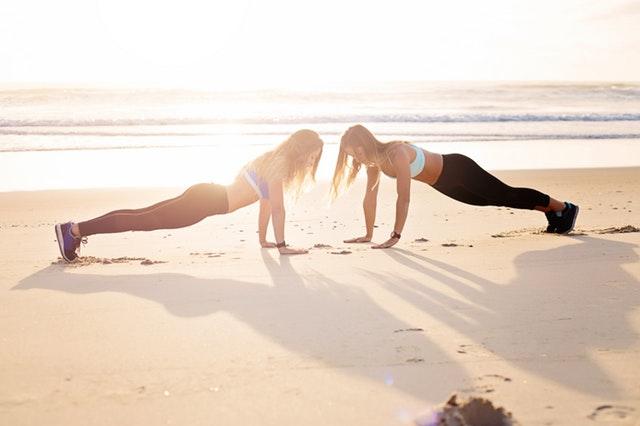 Sådan får du trænet mormorarmene væk med disse 8 øvelser